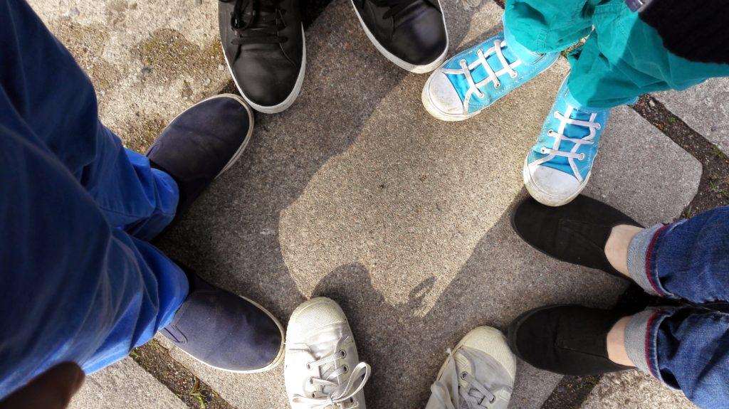 Kuvassa ihmisten jalkoja
