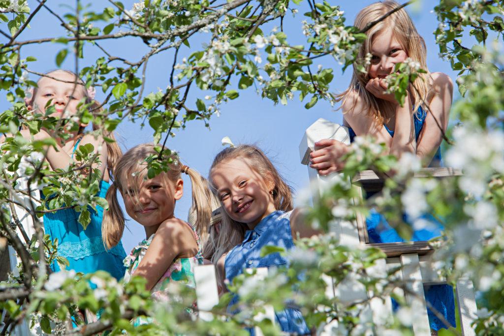 Tytöt puutarhassa