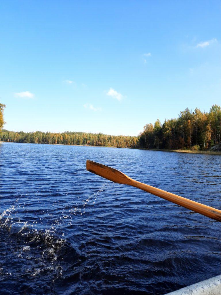 Kuva Saksalan vesiltä. Veneessä meloja nostaa airoa vedestä.