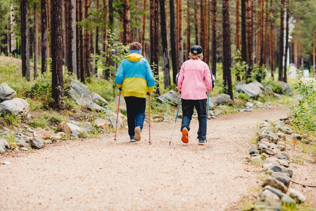 Kaksi naista sauvakävelemässä