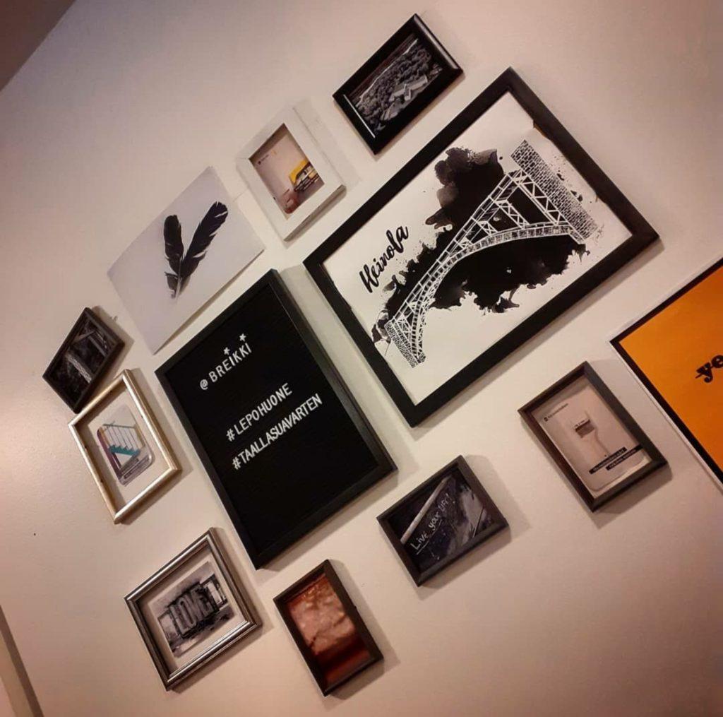 Kuvassa useita tauluja, joissa lukee Breikki