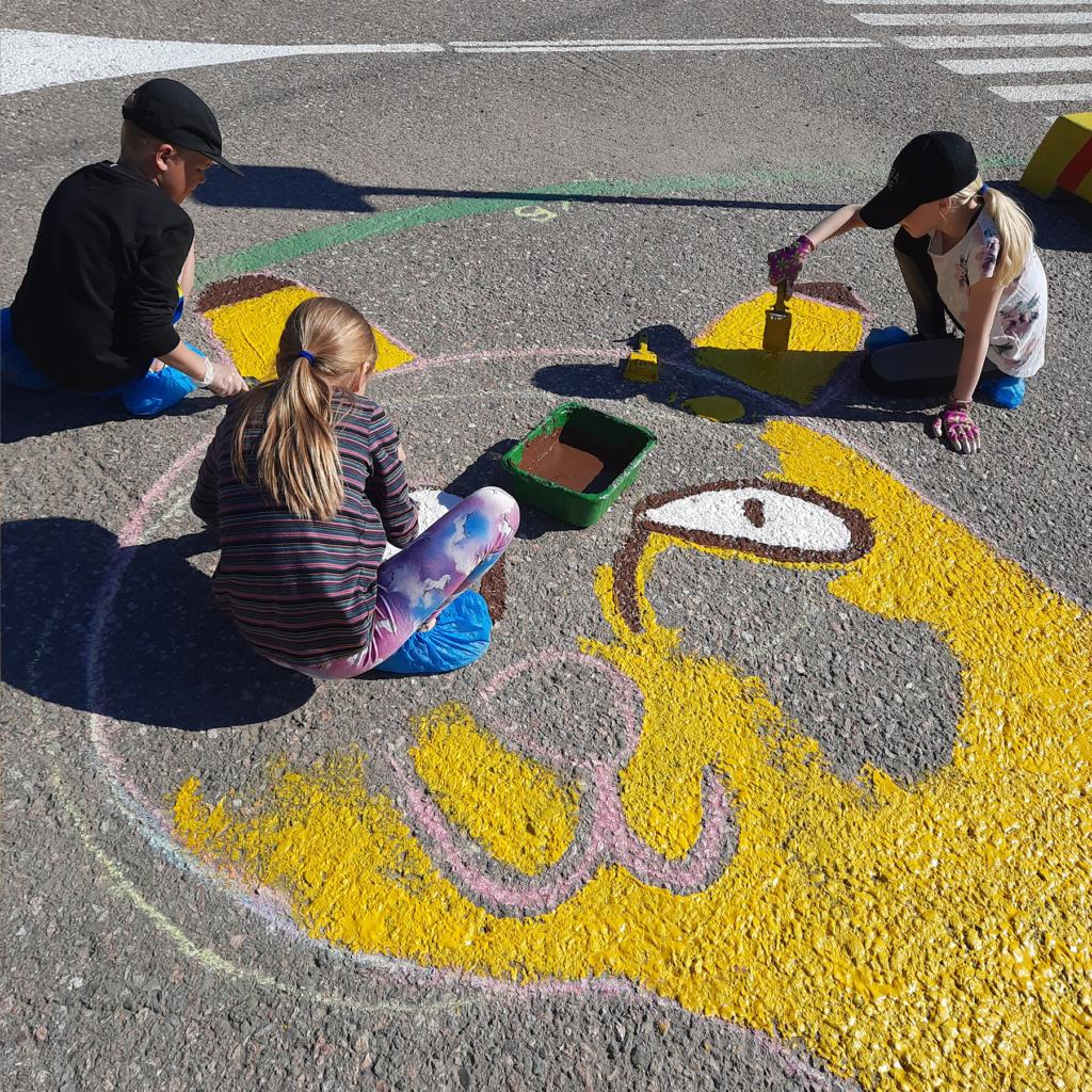 Lapset maalaamassa Ilvestä liikennepuistossa