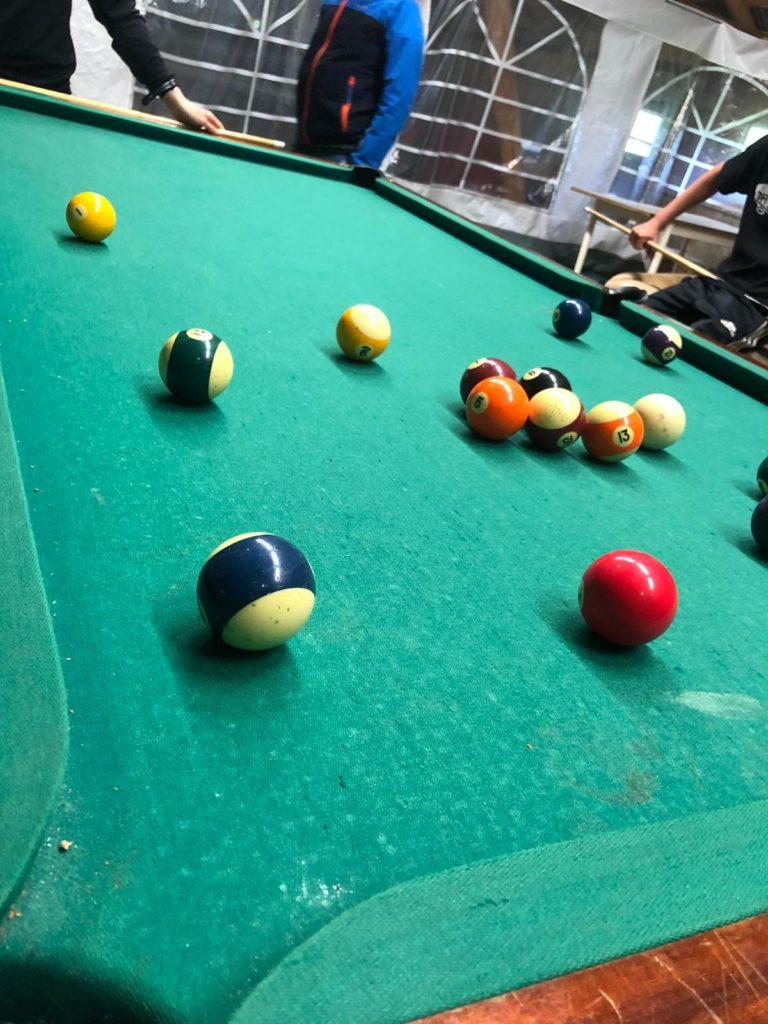 Kuvassa biljardipöytä ja palloja