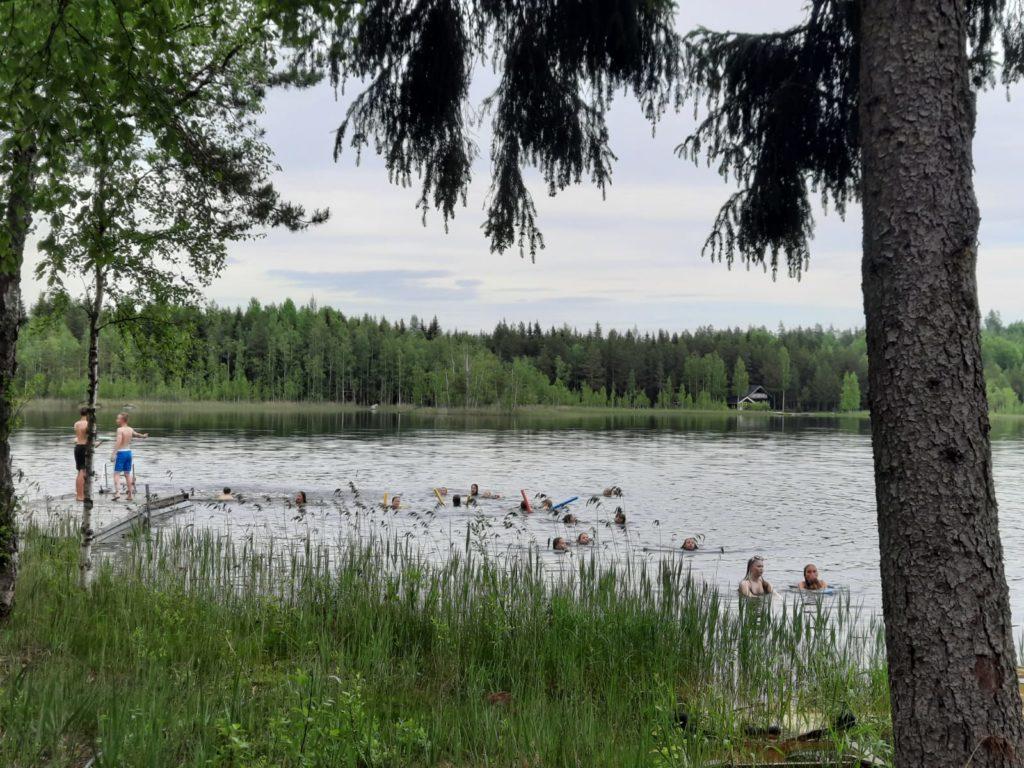 Kuvassa lapsia uimassa