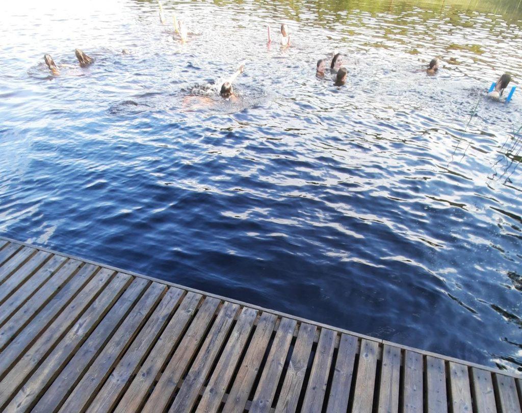 Kuvassa vedessä lapsia