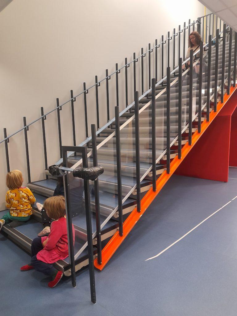 Lapset istuvat portaikossa.