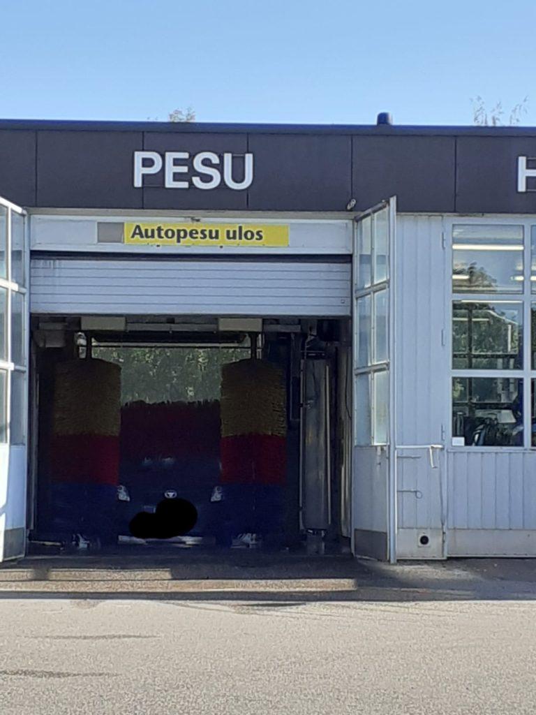 Auto on pestävänä huoltoaseman autopesulassa