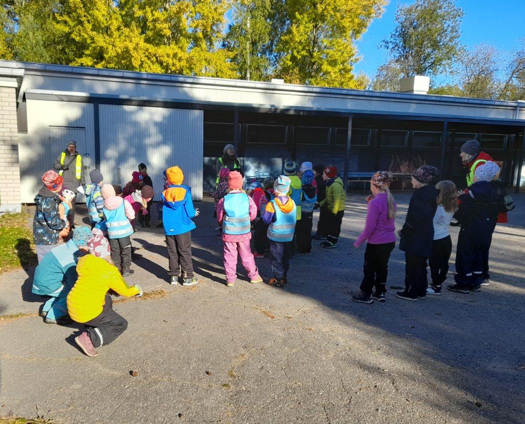 Kailas-talon eskareita ja ekaluokkalaisia koulun pihalla