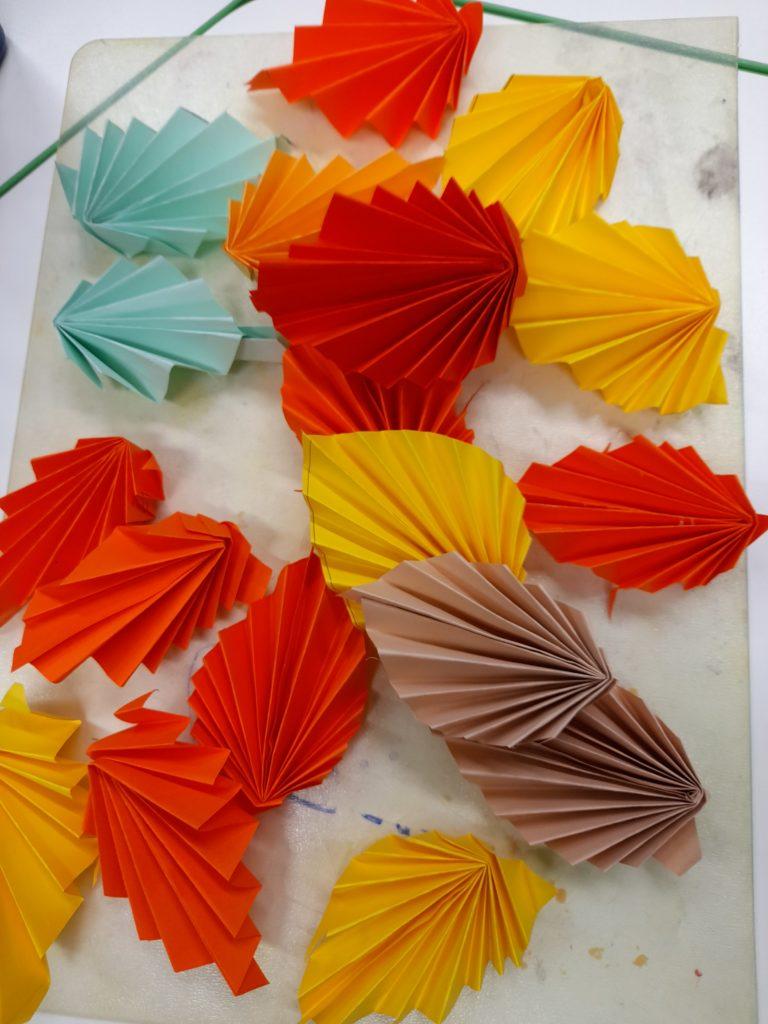 Väripaperista taiteltuja syksyn lehtiä